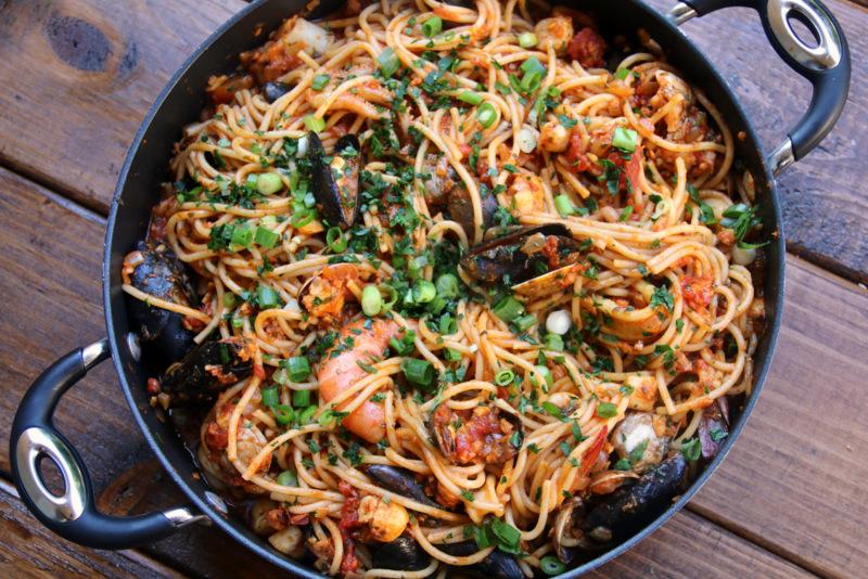 拉丁风tallarines con mariscos或海鲜意大利面