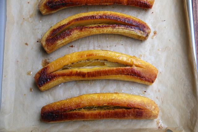 在每个大蕉中间开一个纵向切割