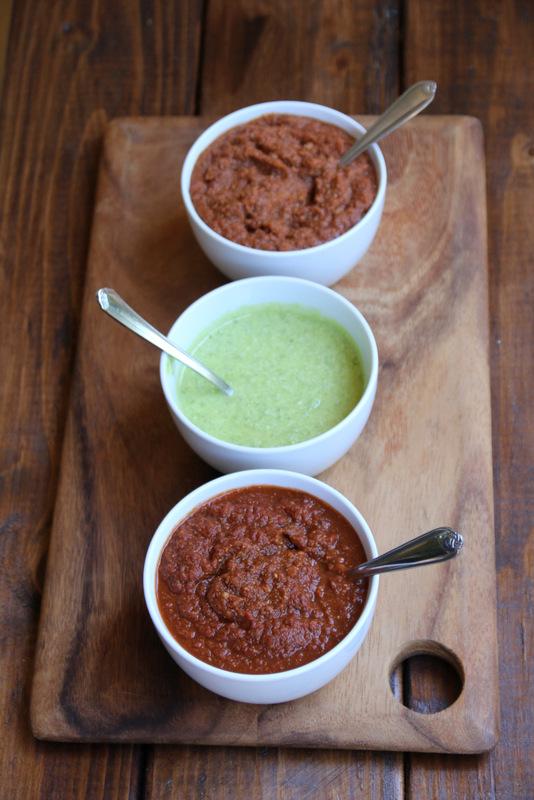墨西哥玉米比萨酱:辣番茄酱、大蒜墨西哥辣椒帕玛森奶酪酱和回锅煎炸豆泥酱