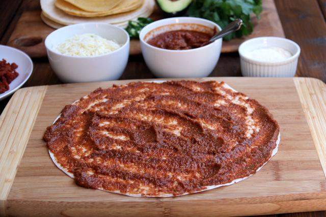 在玉米饼底上涂一层番茄酱或豆酱