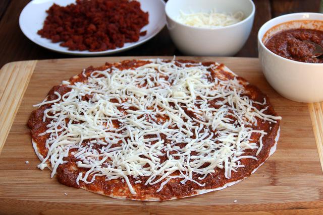 撒上一些磨碎的帕玛森奶酪和切碎的马苏里拉奶酪
