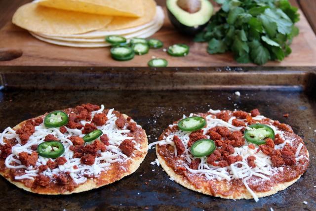 Choriqueso玉米比萨——加入煮熟香肠和墨西哥胡椒片