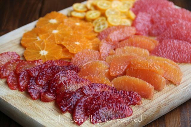将橘子和葡萄柚切成段
