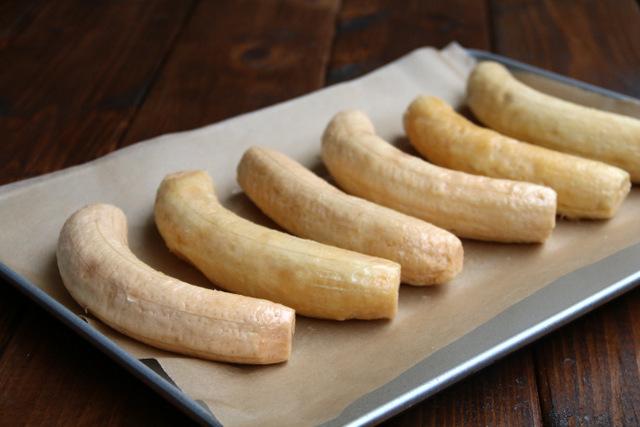 烤前,用黄油或油擦拭去皮的熟大蕉