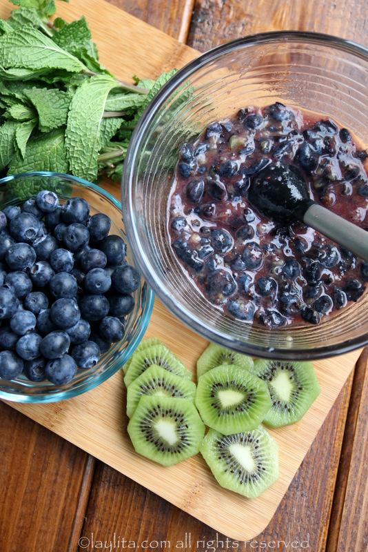 用搅拌机碾碎一半份量的蓝莓