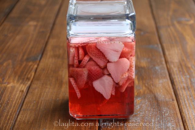 让草莓龙舌兰酒的注入静置2-3天