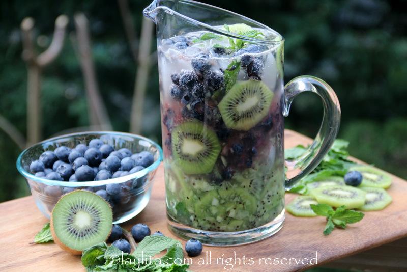 准备奇异果蓝莓莫希托鸡尾酒