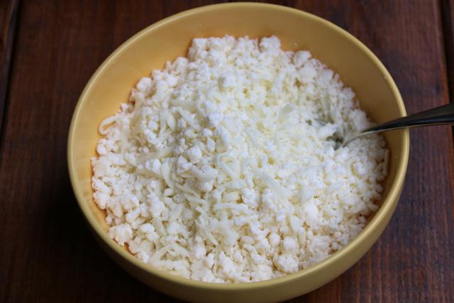 磨碎的马苏里拉奶酪和碎新鲜奶酪的混搭