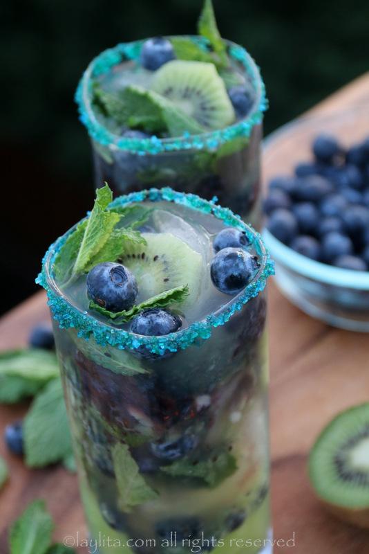 用绿色或蓝色糖装饰玻璃杯边缘——您也可以使用曲奇饼或烤彩色果糖。