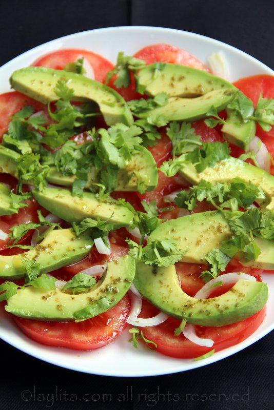 快速沙拉点子:番茄片、牛油果片、少许洋葱、香菜叶以及淋上青柠汁、橄榄油和盐