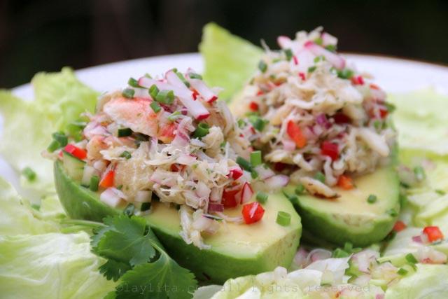 用螃蟹沙拉填充牛油果