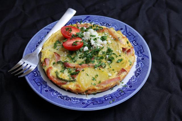 西班牙土豆饼配上碎香菜和新鲜奶酪