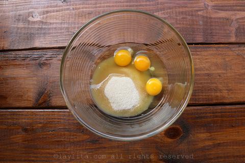 将鸡蛋和糖放入大碗中
