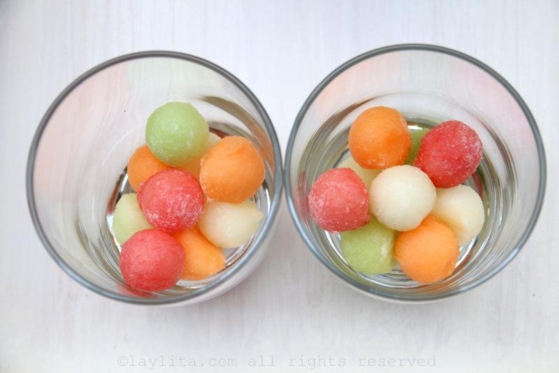 用冰块或冷冻额外的甜瓜球当作冰块来供应