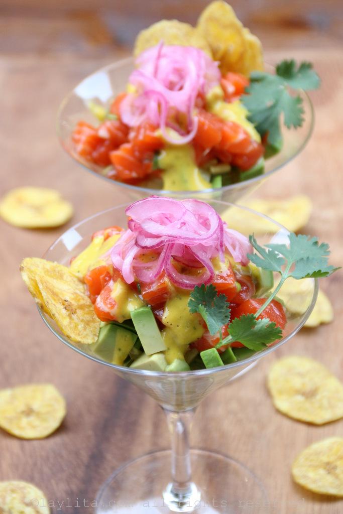 鞑靼三文鱼牛油果配芒果哈瓦那辣酱、红腌洋葱和芭蕉片