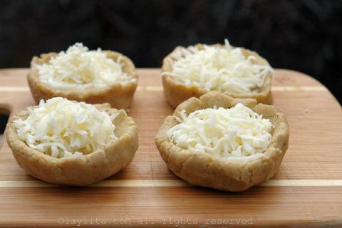 在每个球的中心打个洞,填满奶酪