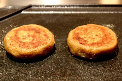 将油炸小馅饼放在热烤盘或油煎平底锅上,直至两侧酥脆。