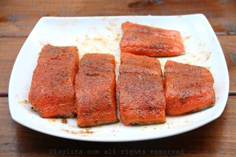 用油和调味料揉三文鱼