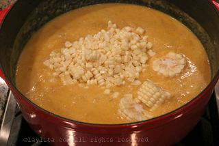 在嫩时将土豆部分捣碎并加入玉米和牛奶