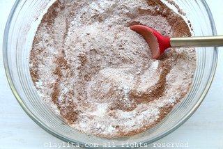将过筛的面粉混合糖、可可粉、盐和小苏打