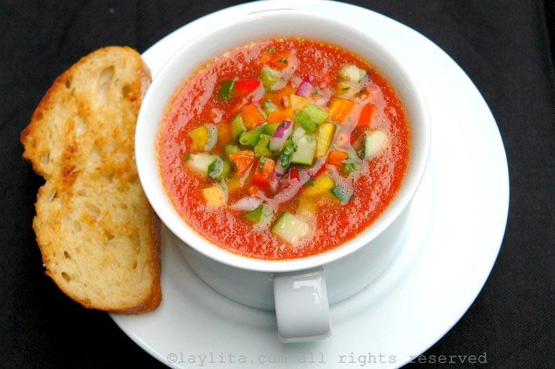 番茄冻汤配黄瓜甜椒莎莎酱