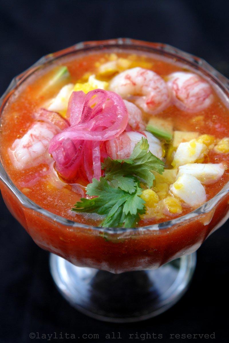 番茄冻汤配虾和腌洋葱