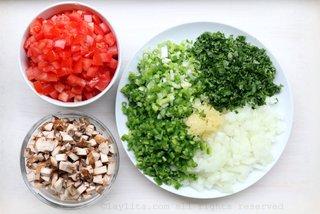 准备蘑菇汤的蔬菜丁