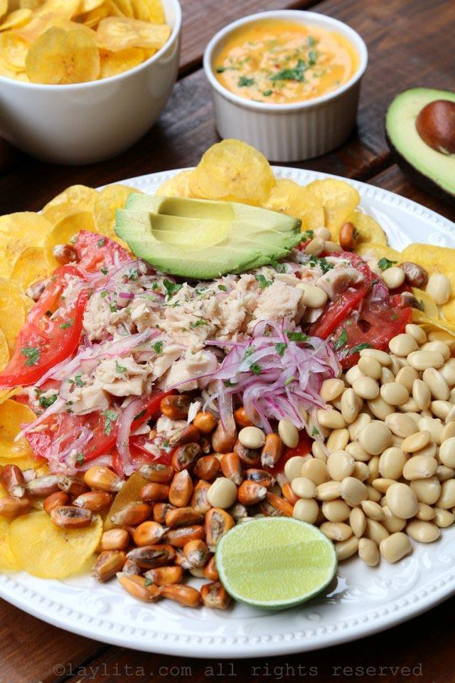 柠汁腌金枪鱼配上牛油果、脆炸香蕉片、羽扇豆、烤玉米坚果和辣酱。