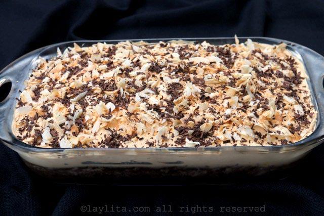 在糖霜顶部加上烤椰丝和巧克力屑