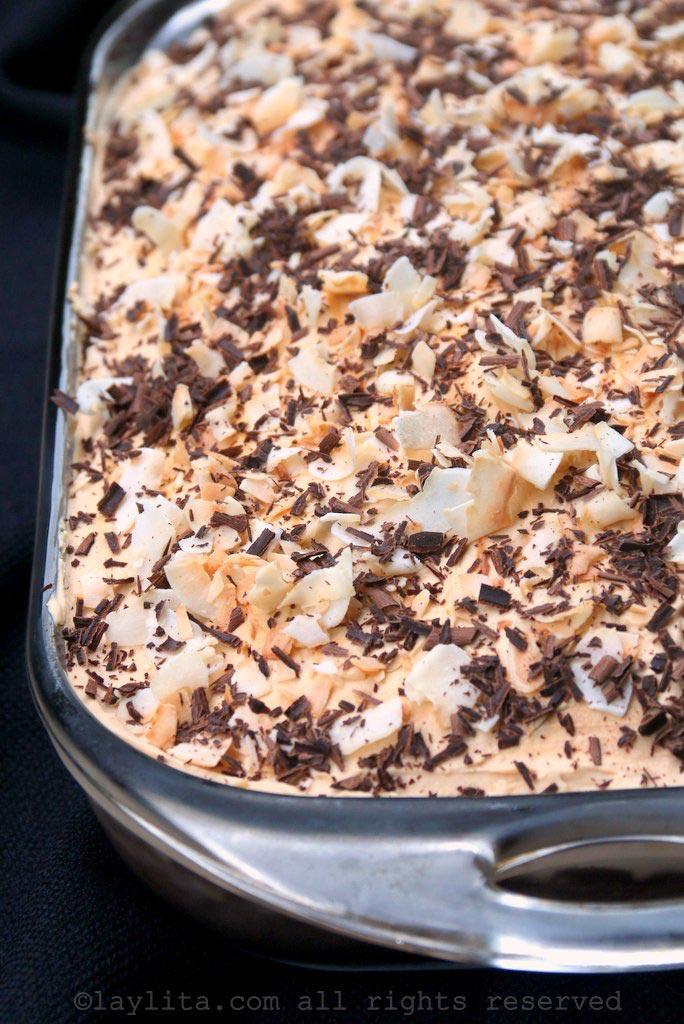 巧克力三奶蛋糕配焦糖霜和烤椰丝