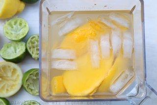 混合芒果、柠檬或青柠汁、糖、水和一些并在搅拌机内