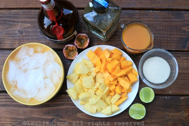 热带玛格丽塔鸡尾酒的菠萝、芒果和百香果汁