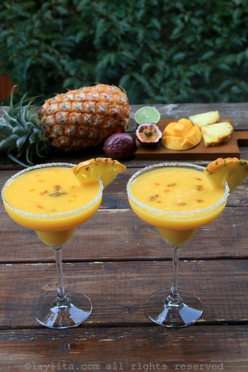 菠萝、百香果和芒果玛格丽达