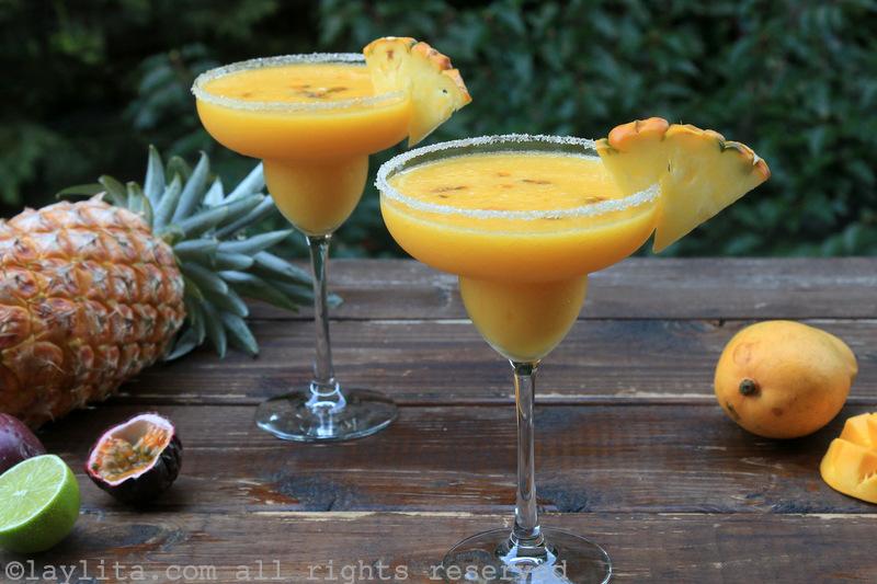 热带菠萝、百香果和芒果鸡尾酒